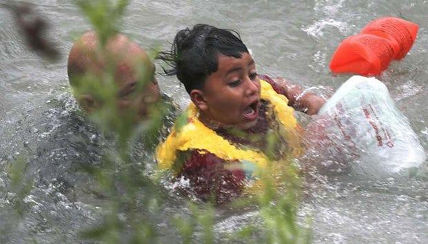 Photo of Salvan a migrantes a punto de morir ahogados