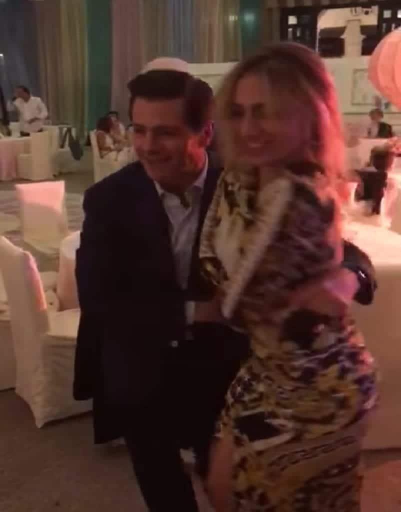 Photo of VIDEO: Captan a Peña Nieto disfrutando de la cumbia con misteriosa mujer
