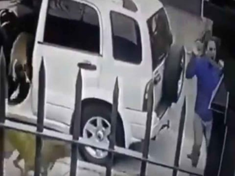 Photo of [VIDEO] Perros defienden a su dueño de asalto a mano armada
