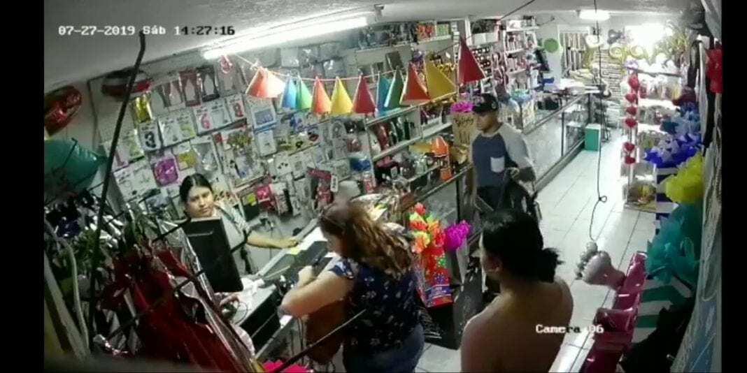 Photo of VIDEO: Con extrema violencia asalta negocio en el Casa Blanca
