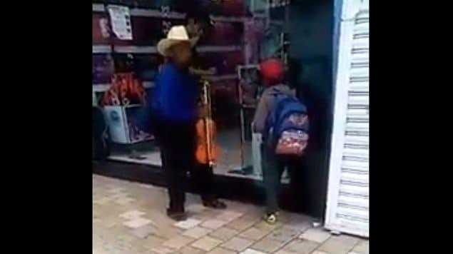 Photo of VIDEO: Arrojando agua corren a abuelito y a su nieto de una tienda