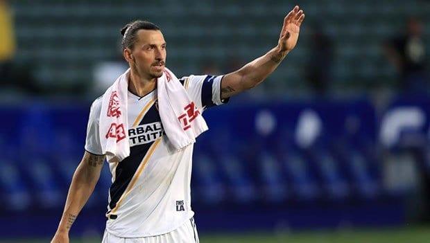 Photo of Zlatan se le va a la yugular a Carlos Vela