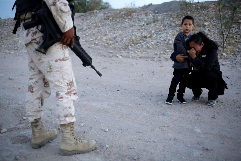 Photo of Con llanto migrante suplica a militar la deje cruzar a EU