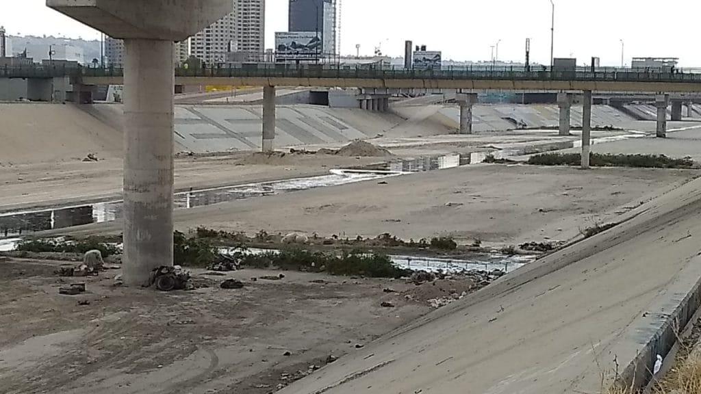 Cadáver flotando en canalización del Río
