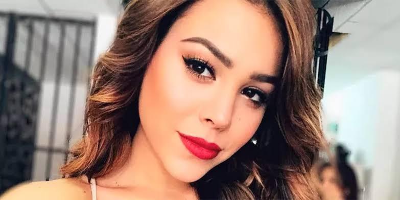 Danna Paola besa a otra mujer
