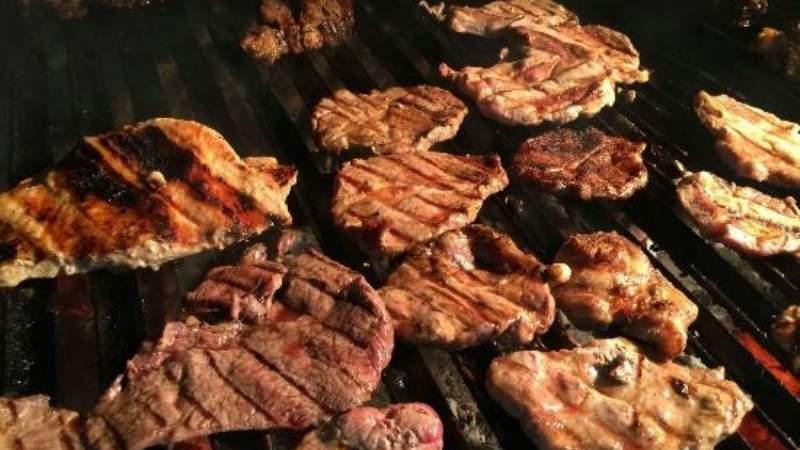 Por olor a carne mujer demanda a sus vecinos