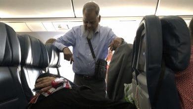 Photo of Hombre se para 6 horas durante vuelo para que su esposa duerma