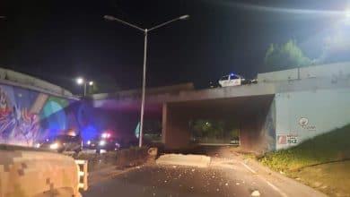 Photo of Auto 'vuela' desde puente en Zona Río hasta Vía Rápida