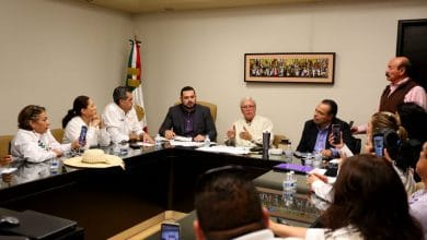 Photo of Gobernador se compromete a pagar a maestros
