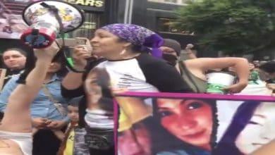 Photo of '¡Lo quiero quemar todo!': Madre de víctima de feminicidio durante marcha