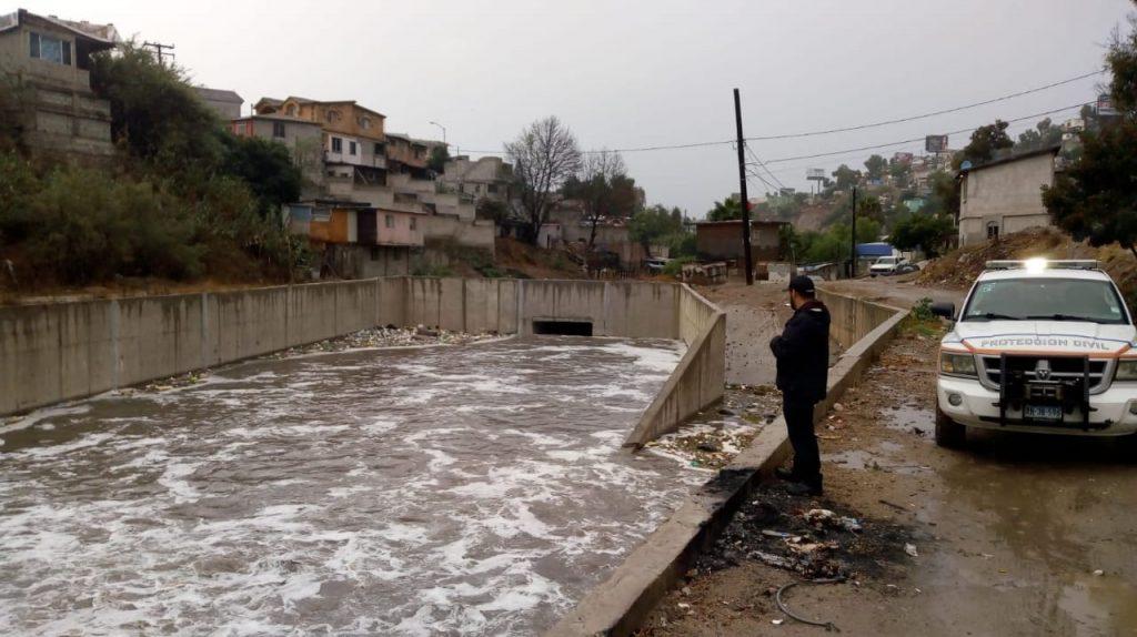 canal inundado por lluvias en tijuana