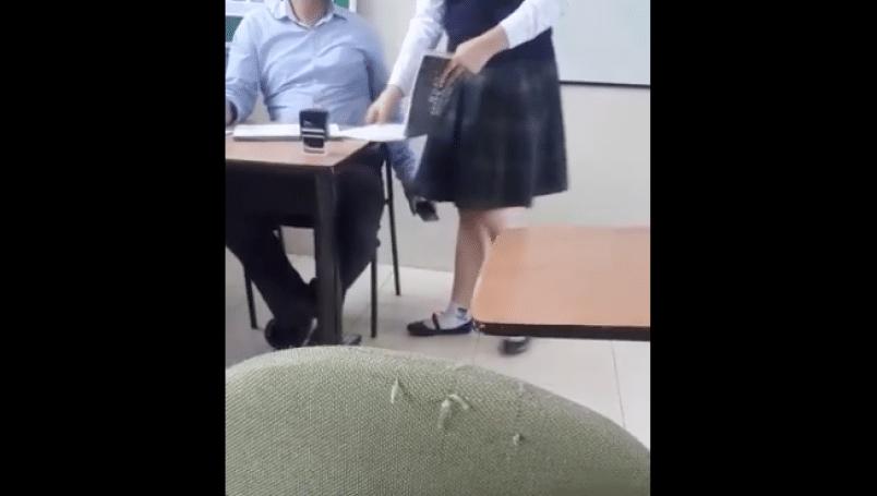 Graban a profesor acosando a su alumna