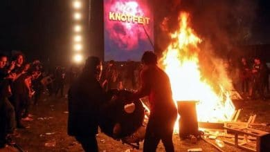 Photo of Enfurecen asistentes del Knotfest e incendiaron y destruyen todo