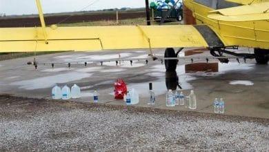 Photo of Esparcen agua bendita con avión fumigador