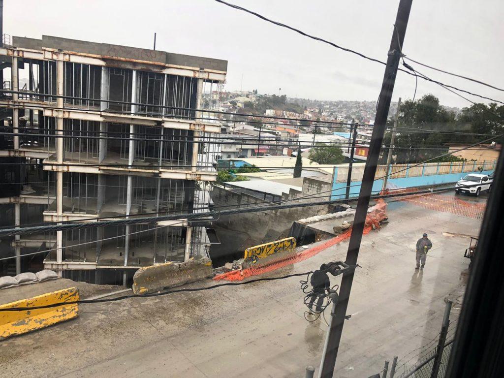 Edificio a punto de caer por deslave en Tijuana