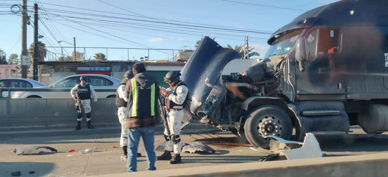 Tractocamión pega a dos vehículos, uno de la Guardia Nacional