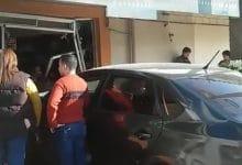 Photo of Se mete mujer de 60 con todo y auto a cafetería