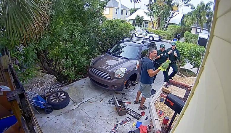 Photo of Policía acude a ayudar a alguien que pedía socorro y era un loro