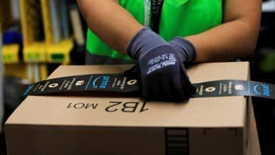 Graban a repartidor de Amazon esparciendo saliva en un paquete