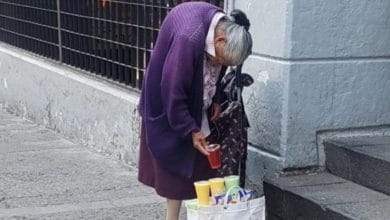 Photo of Abuelita no se queda en casa y vende gelatinas en la calle