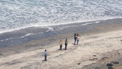 Photo of Policía retira a grupo de personas de la playa