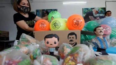 Photo of Hija de 'El Chapo' regala juguetes con imagen de su papá