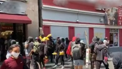 Photo of VIDEO: Manifestantes regalan alimentos y cervezas saqueados