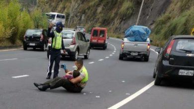 Photo of En medio de brutal accidente, policía calma a niño y se viraliza
