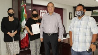 Photo of González entrega nombramiento definitivo a maestra de SEPM