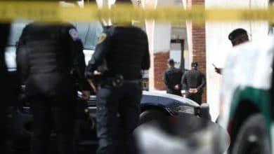 Photo of Policía cae de patrulla y muere