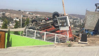 Photo of Camión repartidor cae sobre una vivienda, hay un muerto