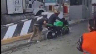 Photo of Motociclistas burlan caseta y terminan atascados en cemento
