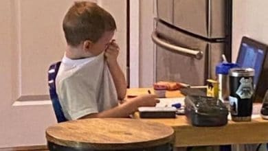 Photo of Niño llora de frustración durante su clase virtual