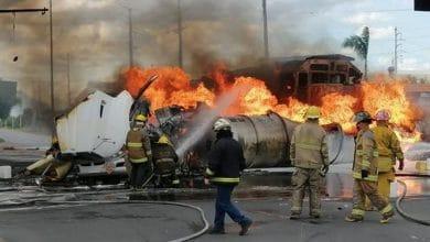 Photo of VIDEO: Voraz incendio, pipa con gasolina intenta ganarle a tren y choca