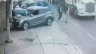 Photo of Se da de reversa y prensa a una persona contra un tráiler