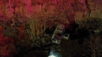 Photo of Fuerte volcadura; auto cae a varios metros de profundidad