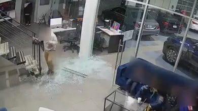 VIDEO-Abren-fuego-contra-concesionario-durante-asalto-había-niños