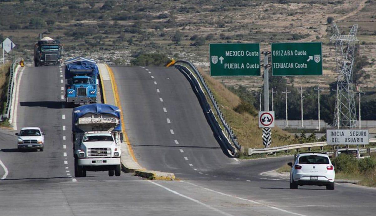 Prohíben-a-automovilistas-usar-el-celular-en-carreteras-del-país