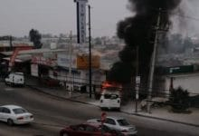 Photo of Conductor pierde el control, choca contra locales y se incendia