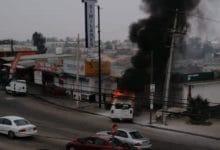 Photo of Conductor pierde el control, choca contra locales y se incendia