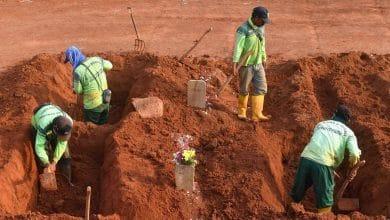 Photo of No usan cubrebocas y cavan tumbas para víctimas por Covid-19