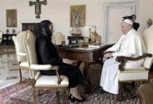 Photo of Esposa de AMLO entrega carta al Papa en su nombre