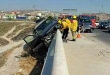 Photo of Camioneta choca contra muro y queda 'colgada'