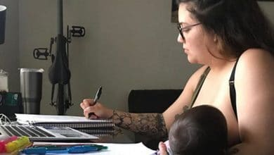 Photo of Profesor prohíbe a alumna amamantar a bebé en clase en línea