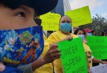 Photo of Padres de niños con cáncer se manifiestan por falta de medicamentos