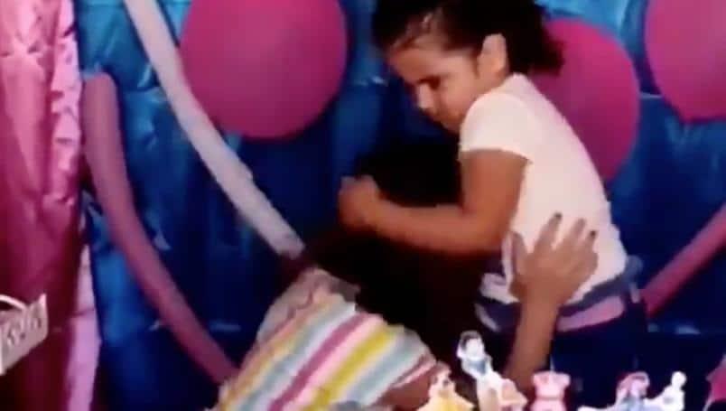 video-hermanas-pelean-por-la-velita-del-pastel