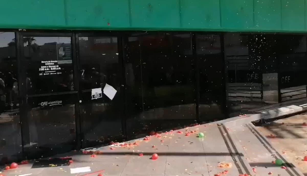 VIDEO-Se-manifiestan-a-tomatazos-en-Comisión-Federal-de-Electricidad