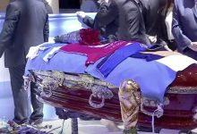 fotos-empleados-de-funeraria-abren-ataud-de-maradona-para-tomarse-fotos