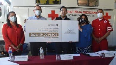 Armando-Ayala-entrega-cheque-por-más-de-825 mil-pesos-a-Cruz Roja