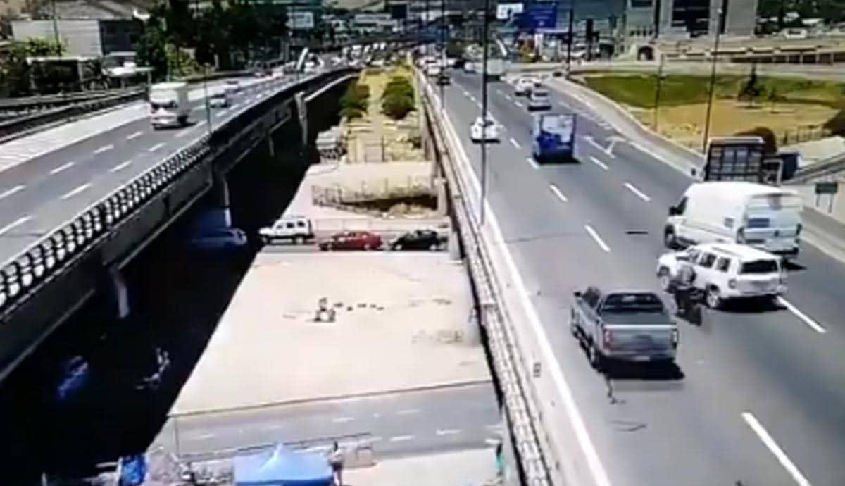 VIDEO-Motociclista-sale-disparado-cae-de-segundo-piso-y-muere